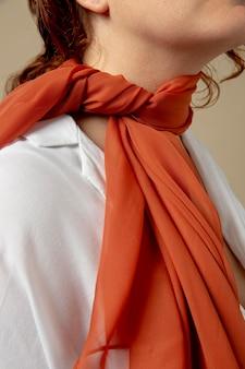 Junge frau trägt ein taschentuch als halsschmuck