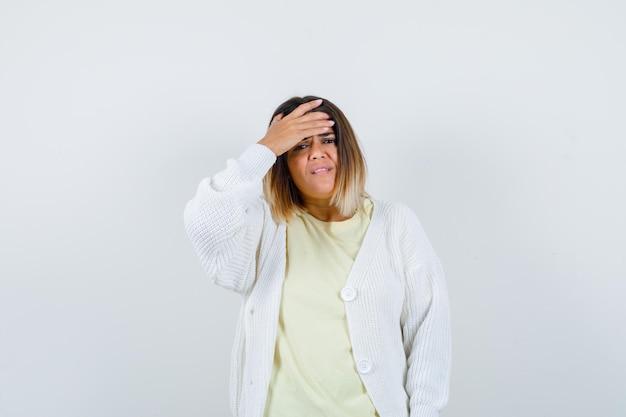 Junge frau trägt eine weiße strickjacke