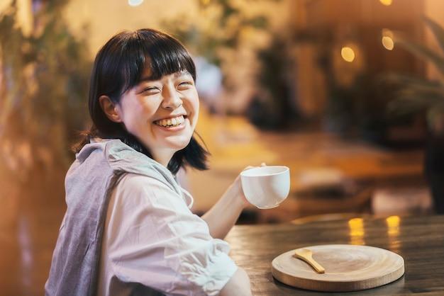 Junge frau trinkt kaffee in einer warmen atmosphäre