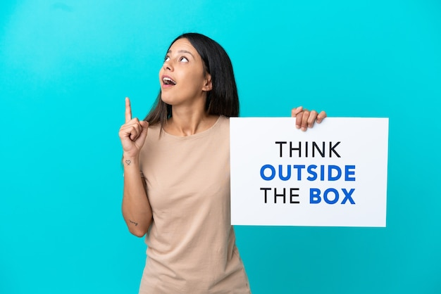 Junge frau über isoliertem hintergrund mit einem plakat mit text think outside the box und thinking