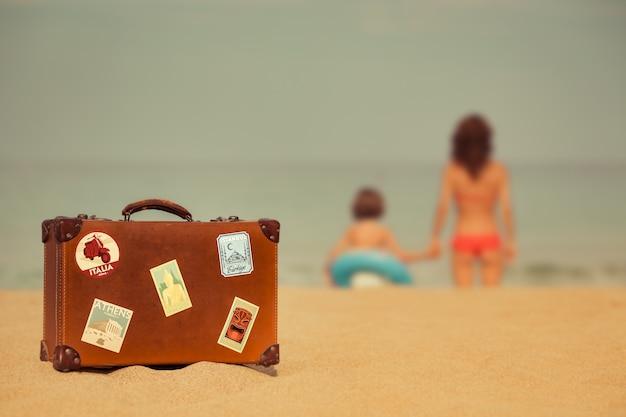 Junge frau und kind entspannen am strand sommerurlaub und reisekonzept