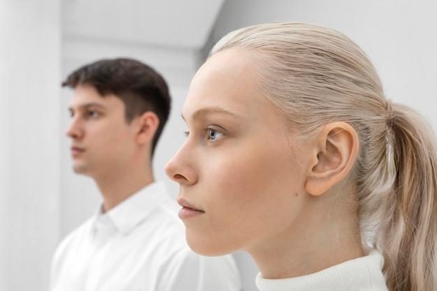 Junge frau und mann tragen weiße kleidung