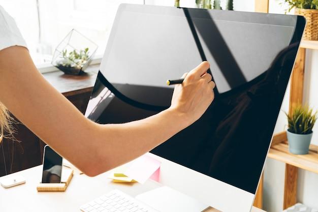 Junge frau und tablette arbeiten zu hause büro. bleiben sie sicher und arbeiten sie von zu hause aus.