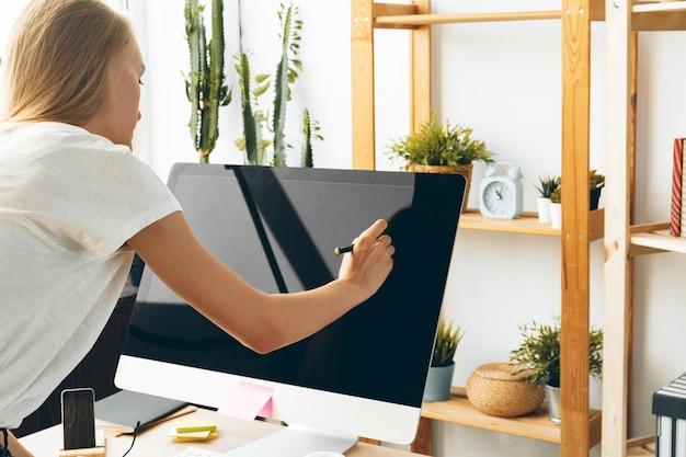 Junge frau und tablette arbeiten zu hause büro