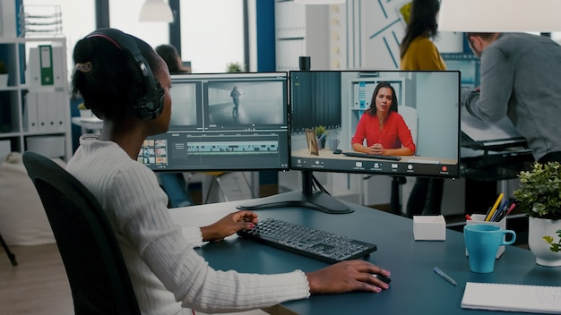 Junge frau videografin in web-online-konferenz mit projektmanager bei videoanruf-bearbeitung von kundenarbeit, feedback zu kommerziellen filmen mit postproduktionssoftware
