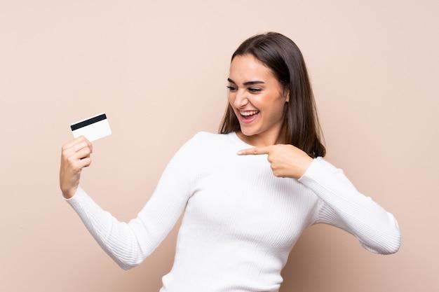 Junge frau vorbei getrennt, eine kreditkarte anhalten