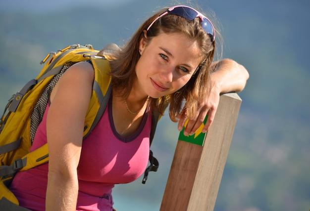 Junge frau wandert in den französischen alpen