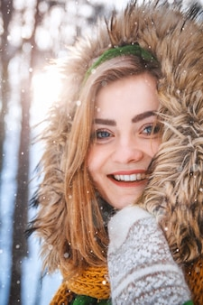 Junge frau winterportrait closeup portrait eines glücklichen mädchens