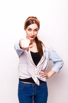 Junge frau zeigt auf sie - porträt einer attraktiven jungen frau, die ihren finger zeigt.