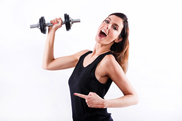Junge frau zeigt fitnessgeräte