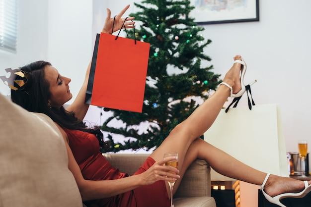 Junge frau zu hause in winterferien. weihnachten und neujahr