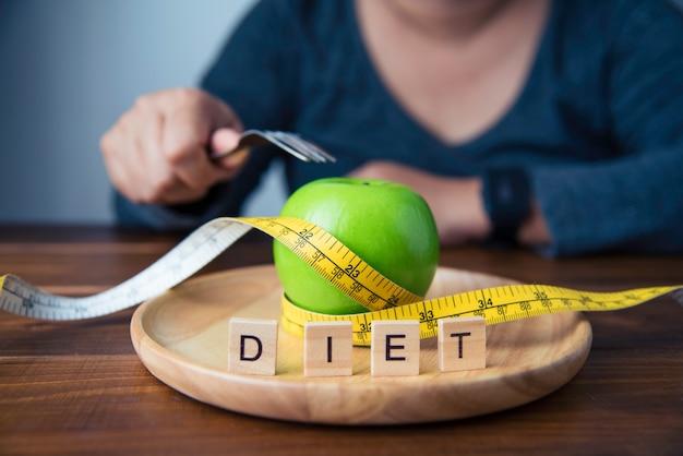 Junge frauen beschließen, frucht zu essen, um ihnen zu helfen, gewicht zu verlieren. konzept-diät