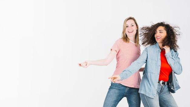 Junge frauen, die aktive tanzbewegungen tun