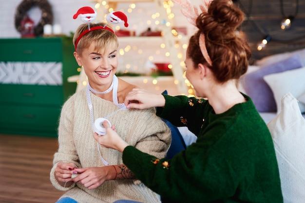 Junge frauen, die weihnachtsgeschenke vorbereiten