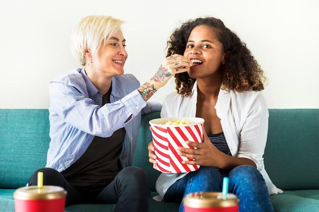 Junge frauen, die zusammen einen film aufpassen