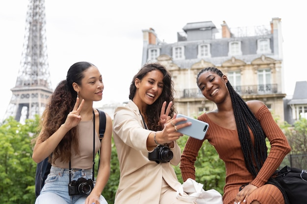 Junge frauen, die zusammen in paris reisen und spaß haben