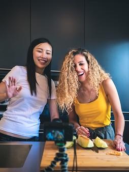 Junge frauen drehen ein lifestyle-video für ihren kulinarischen blog