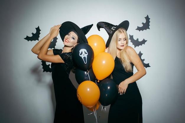 Junge frauen feiern bei halloween