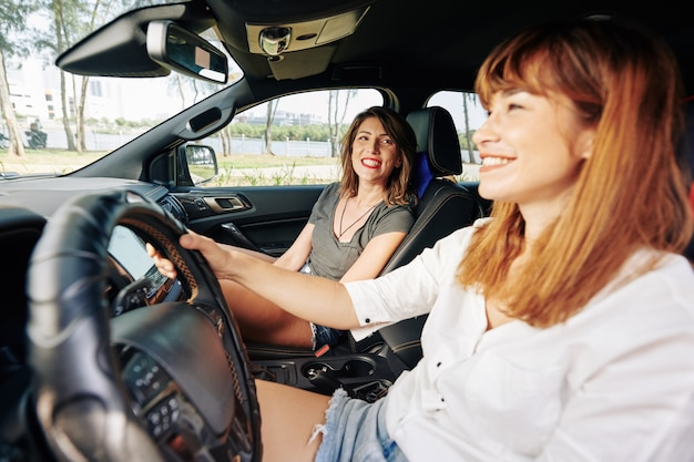Junge frauen genießen autofahrt Premium Fotos