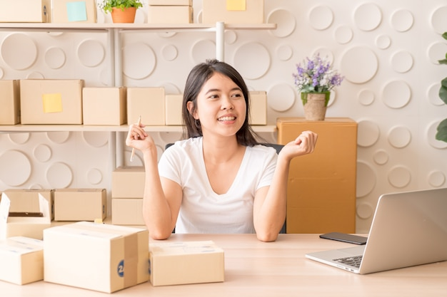 Junge frauen glücklich nach neuer bestellung vom kunden, geschäftsinhaber zu hause