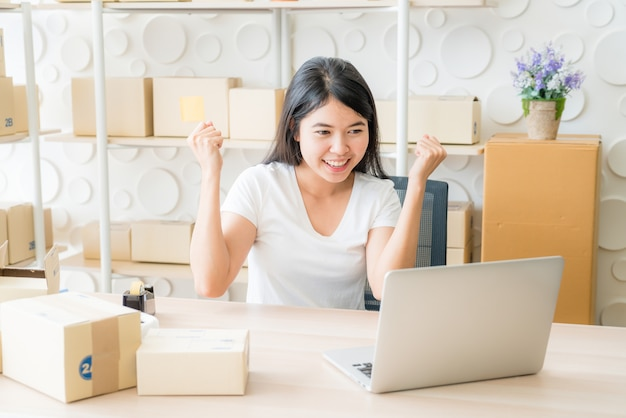 Junge frauen glücklich nach neuer bestellung vom kunden