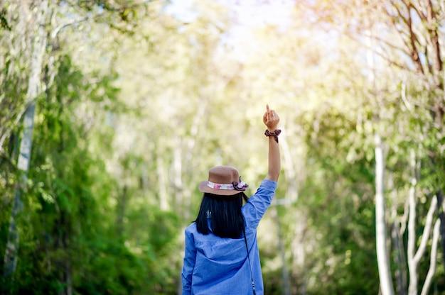 Junge frauen lieben und verlieben sich in die schöne natur. und freuen sie sich glücklich mit einer geste des waldliebeskonzepts