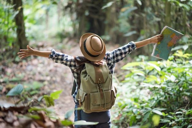 Junge frauen menschen wandern mit freunden rucksäcke