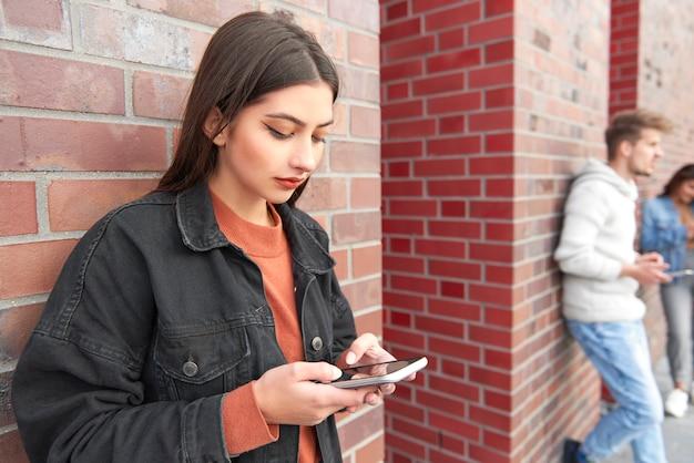 Junge frauen mit einem smartphone