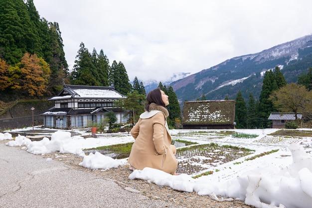 Junge frauen mit heritage wooden farmhouse village in japan umgeben
