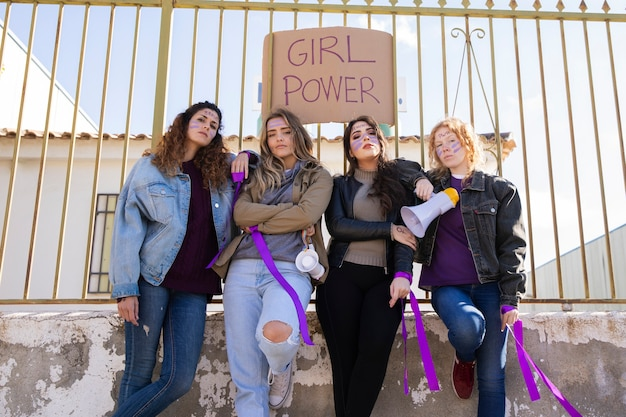 Junge frauen protestieren zusammen