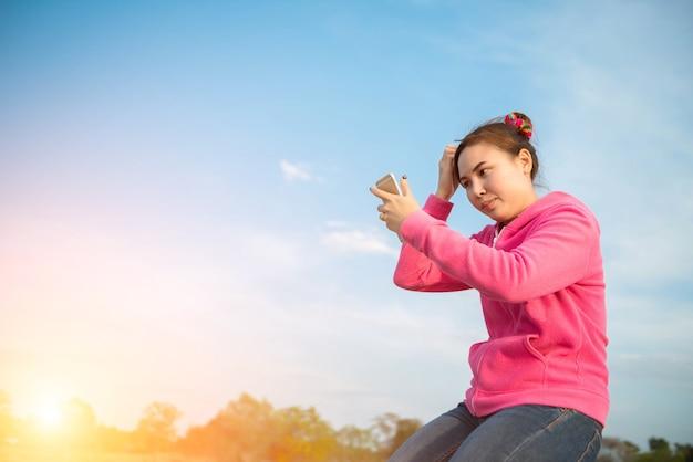 Junge frauen sind schöner selfie-himmel bei sonnenuntergang