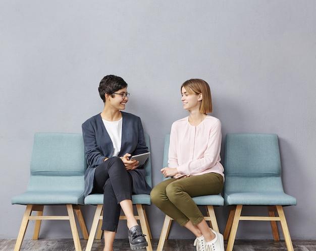 Junge frauen sitzen im wartezimmer