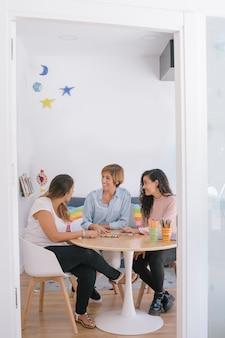 Junge frauen teilen und kreieren neue frische ideen