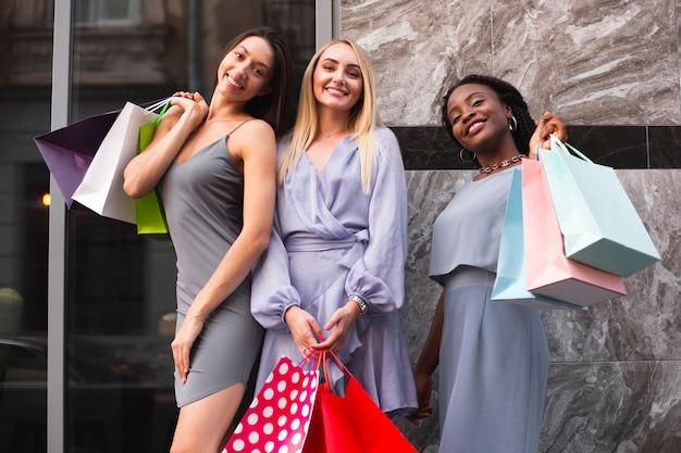 Junge frauen zusammen einkaufen