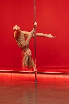 Junge frauleistung auf pole dance