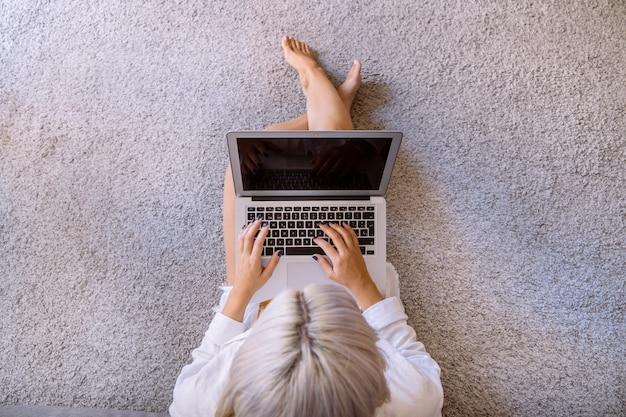 Junge freiberuflerin, die am computer arbeitet