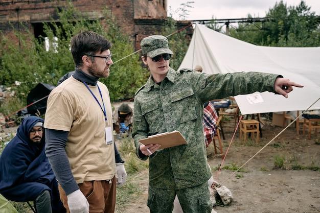 Junge freiwillige diskutieren verbesserungsmaßnahmen im flüchtlingslager