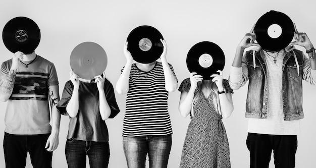 Junge freunde bedecken ihre gesichter mit vinyls