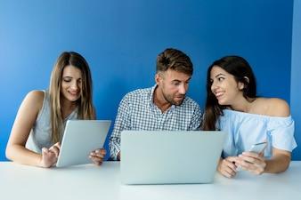 Junge Freunde, die mit Technologie arbeiten
