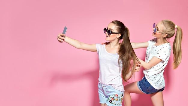 Junge freunde, die selfie nehmen