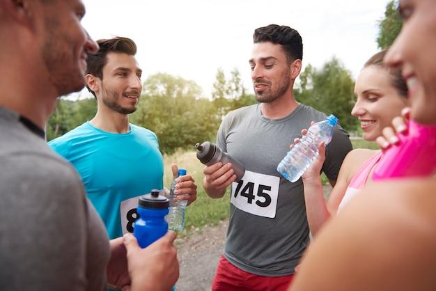 Junge freunde, die sich auf einen marathon vorbereiten