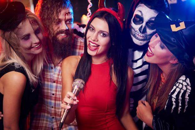 Junge freunde, die spaß an der halloween-party haben