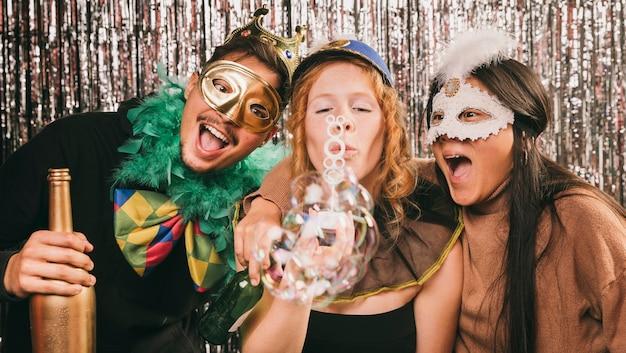 Junge freunde, die spaß an der karnevalsparty haben