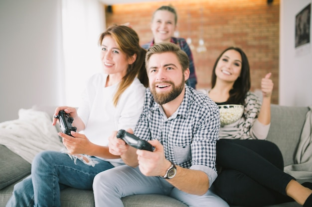 Junge freunde, die videospiel mit herausforderung spielen