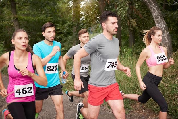 Junge freunde, die während eines marathons laufen