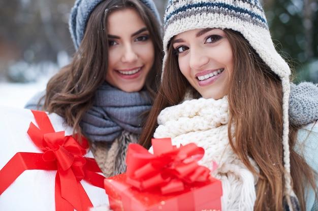 Junge freunde mit geschenk im winter