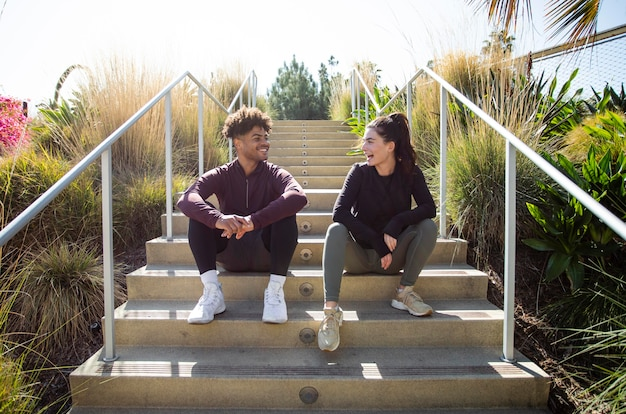 Junge freunde sitzen auf treppen