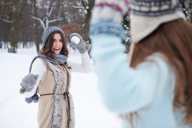 Junge freunde spielen mit schnee