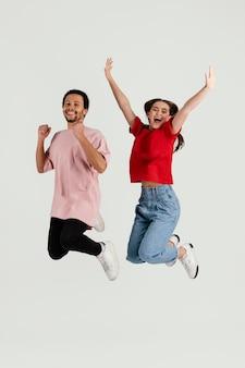 Junge freunde springen zusammen