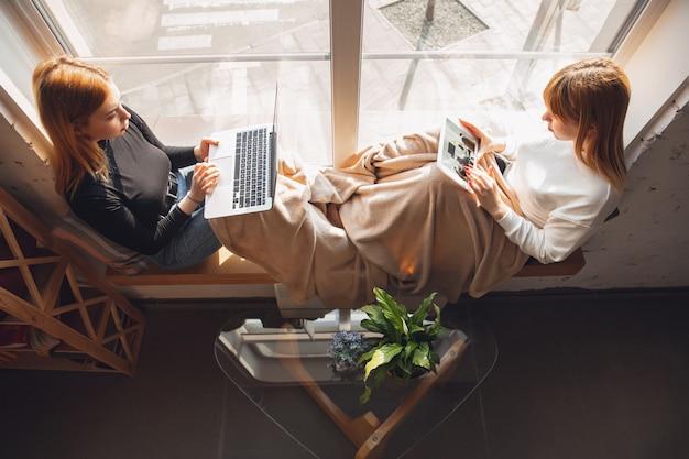 Junge freundinnen, die gadgets benutzen